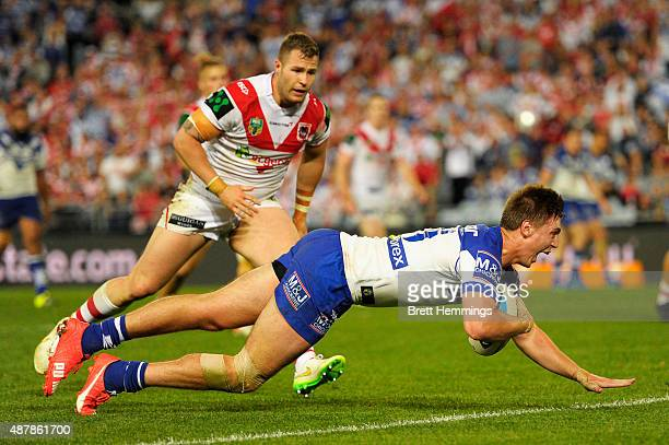 Shaun Lane of the Bulldogs scores a try during the NRL Elimination Final match between the Canterbury Bulldogs and the St George Illawarra Dragons at...