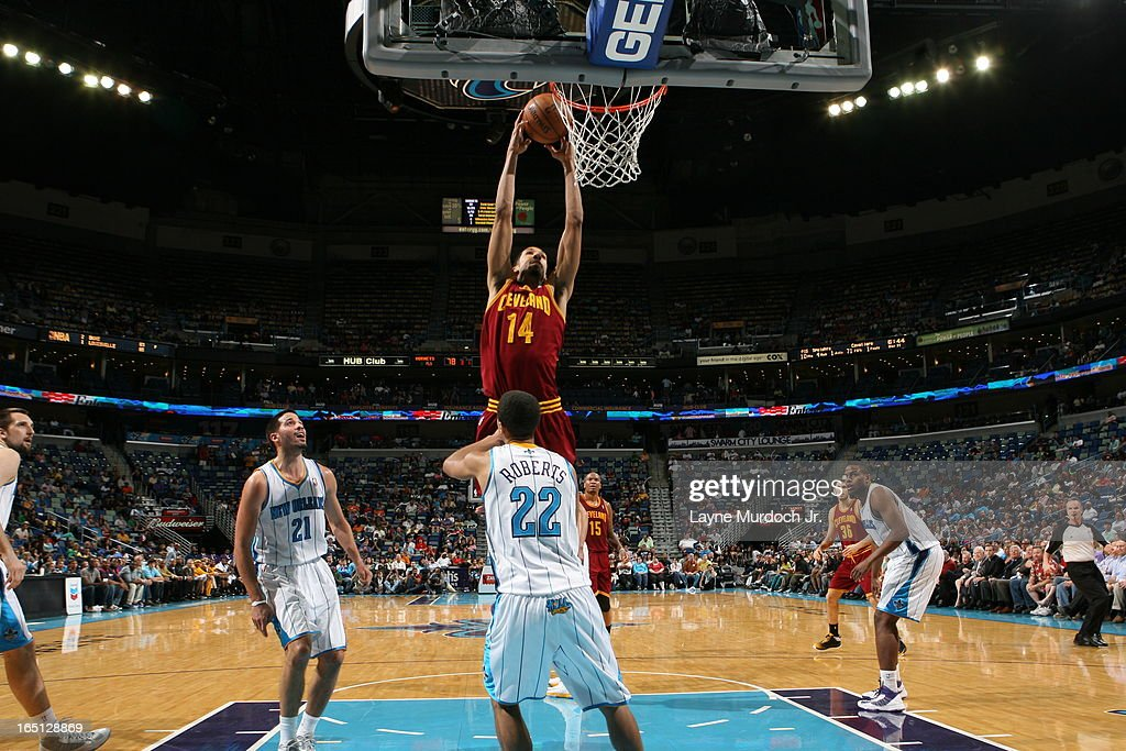 Shaun Livingston #14 of the Cleveland Cavaliers dunks against Brian Roberts #22 of the New Orleans Hornets on March 31, 2013 at the New Orleans Arena in New Orleans, Louisiana.