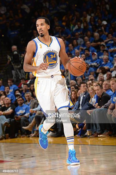 Shaun Livingston of the Golden State Warriors dribbles the ball against the New Orleans Pelicans on October 27 2015 at Oracle Arena in Oakland...