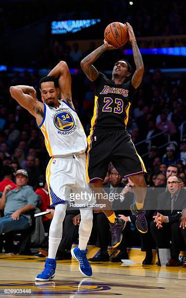 Shaun Livingston of the Golden State Warriors plays against Lou Williams of the Los Angeles Lakers on November 25 2016 at STAPLES Center in Los...