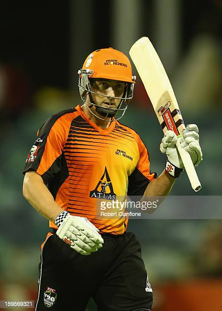 Shaun Marsh of the Scorchers acknowledges the crowd after he was dismissed during the Big Bash League semifinal match between the Perth Scorchers and...