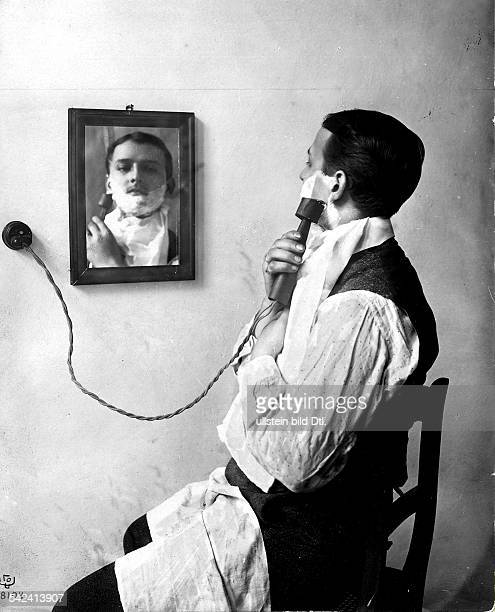Shave Man with an electric shaver Vintage property of ullstein bild