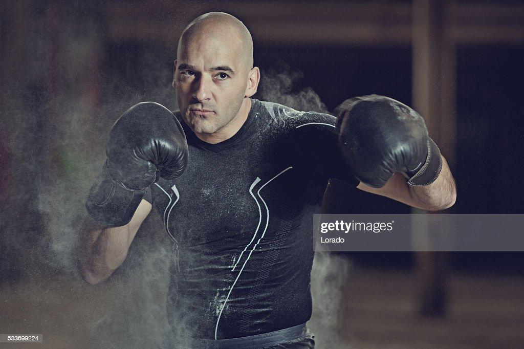 Rasato testa maschio atletico Pugile formazione in magazzino abbandonato : Foto stock
