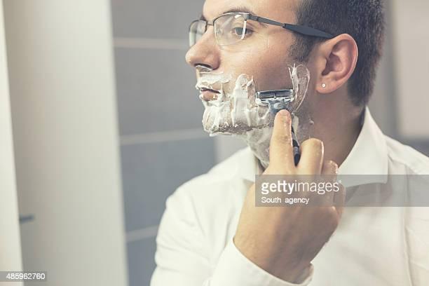 Jeune homme rasage rasoir,