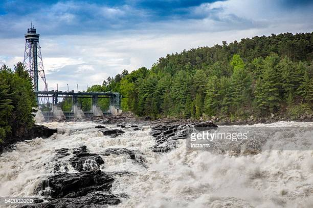 shawinigan へ向かいの滝 - シャウィニガン ストックフォトと画像