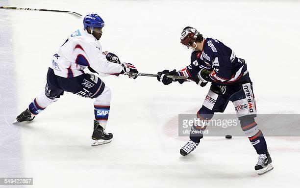 Shawn Belle Barry Tallackson Zweikampf Aktion Spielszene Kampf um Scjlaeger Schläger EHC Eisbaeren Eisbären Berlin Adler Mannheim Sport Eishockey DEL...