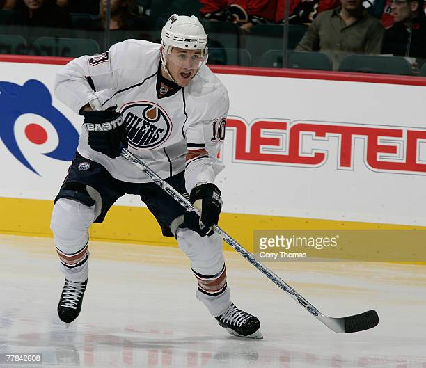 Shawn Horcoff of the Edmonton Oilers skates against the Calgary Flames at Pengrowth Saddledome November 10, 2007 in Calgary, Alberta, Canada. The...