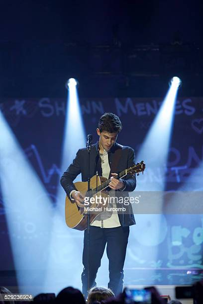 Shawn Mendes perform at the 2015 Canadian Juno Awards