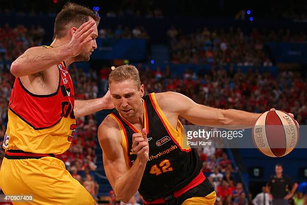 Shawn Redhage of the Wildcats drives to the basket against Mark Worthington of the Tigers during the round 19 NBL match between the Perth Wildcats...