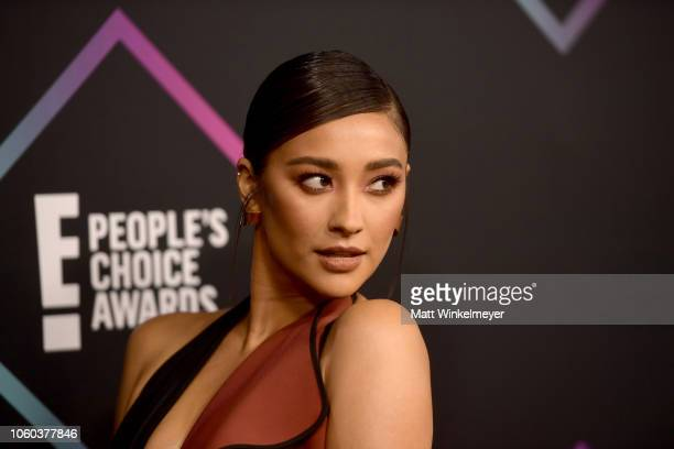 Shay Mitchell attends the People's Choice Awards 2018 at Barker Hangar on November 11 2018 in Santa Monica California