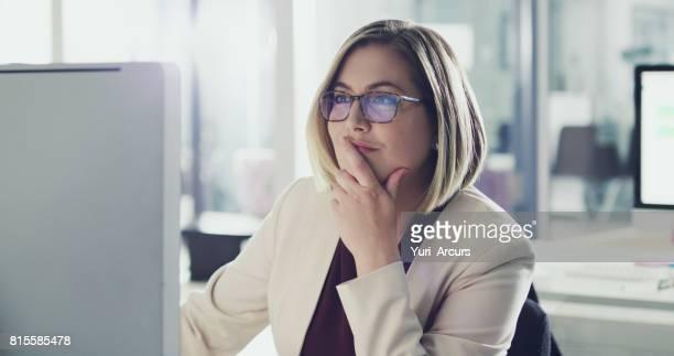 ze denkt altijd alvorens zij handelt - computeren stockfoto's en -beelden