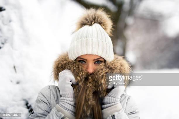 sie kältegefühl - mütze stock-fotos und bilder