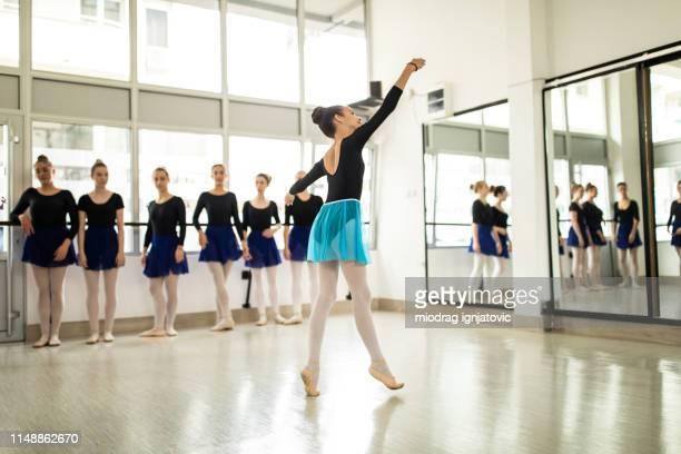 ela tem equilíbrio perfeito - bailarina - fotografias e filmes do acervo
