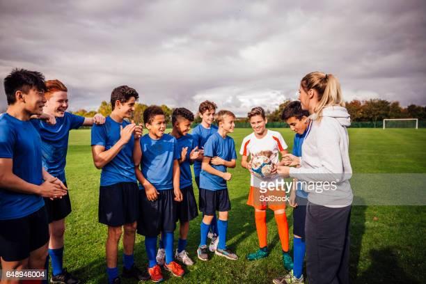 ¡ella es un gran entrenador de fútbol! - equipo de fútbol fotografías e imágenes de stock