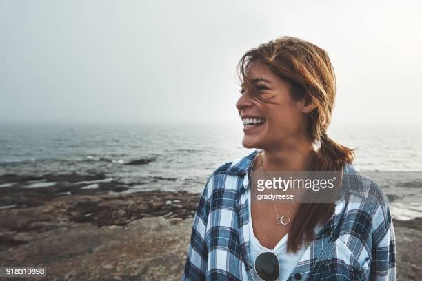 ze is altijd blij als ze uit in de natuur - spontaan stockfoto's en -beelden