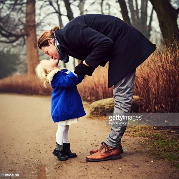 elle est aujourd'hui et sera toujours sa fille à papa - embrasser sur la bouche photos et images de collection