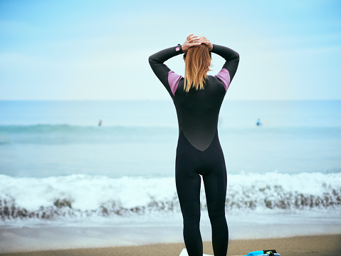 She is preparing to surf. - gettyimageskorea