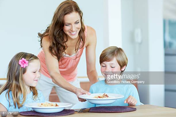 she knows how to make them smile with good food - mid adult women stock pictures, royalty-free photos & images
