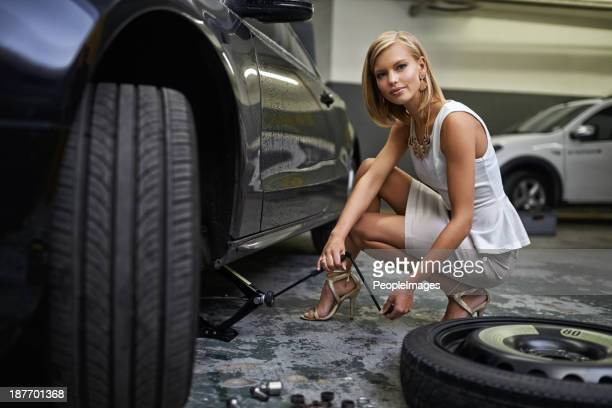 she knows how to use a jack - flat tire stock pictures, royalty-free photos & images