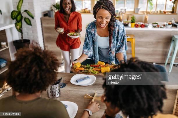 elle sait comment rendre ses amis heureux - repas servi photos et images de collection