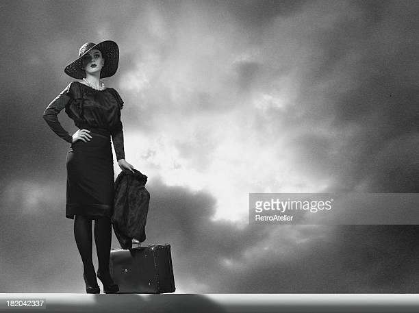 ela folhas. - mulher fatal imagens e fotografias de stock