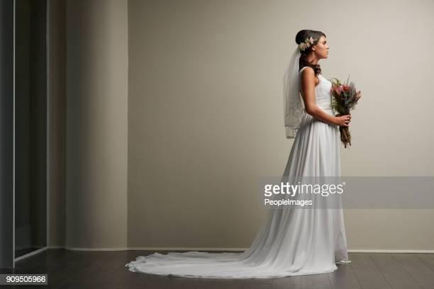 sembra sbalorditiva nel suo giorno speciale - abito da sposa foto e immagini stock