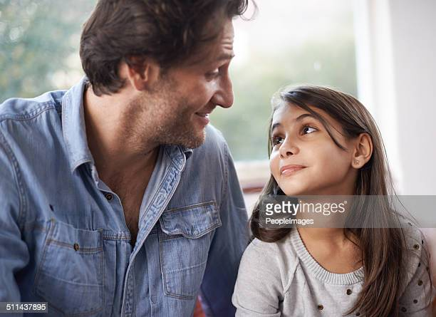 she looks up to her dad - 10 11 jaar stockfoto's en -beelden
