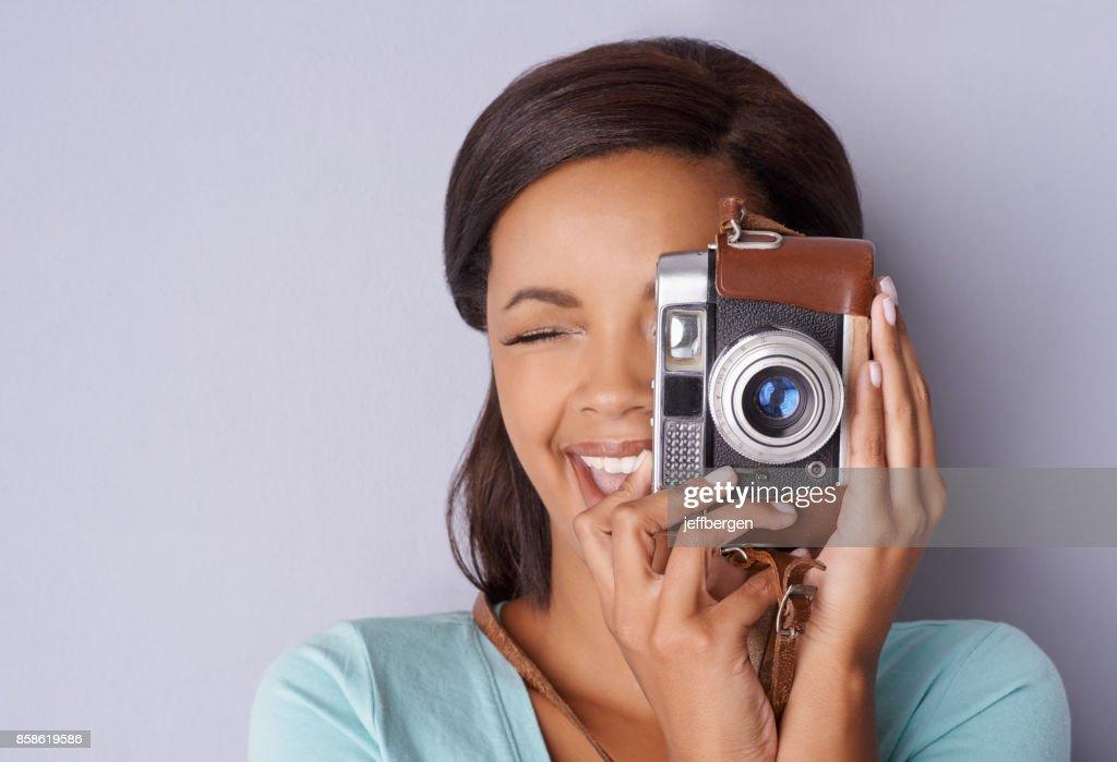 Sie liebt es, Momente einzufangen, wie sie geschehen : Stock-Foto