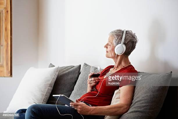 Le encanta la música con un merlot