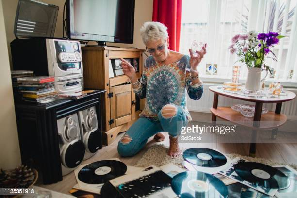she loves listening to vinyl records - showus stock pictures, royalty-free photos & images