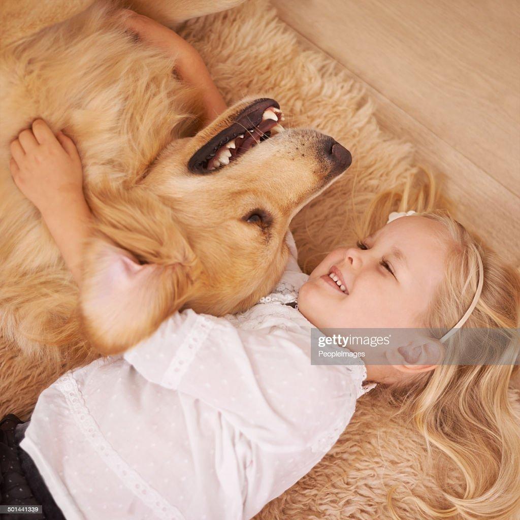 Ella realmente disfruta de su mascota para : Foto de stock