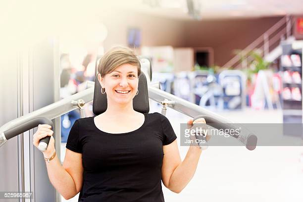 Sie lächelt während einer Pause im fitness-studio