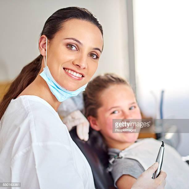 Sie nimmt aufmerksam um Ihre jungen Patienten