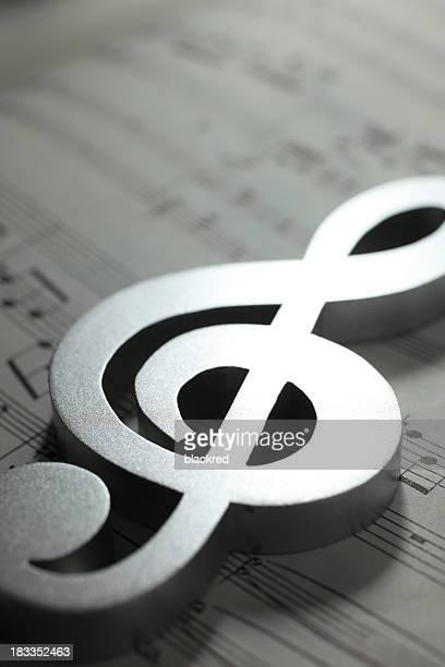 hoja de partitura y símbolo musical - clave de sol fotografías e imágenes de stock