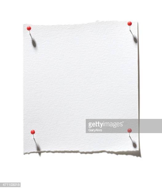 Feuille de papier blanc avec rouge pins dans un angle-isolé sur blanc