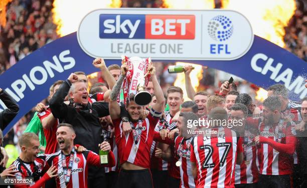 Sheffield United team celebrate as they win promotion into next seasons Sky Bet Championship afte the Sky Bet League One match between Sheffield...