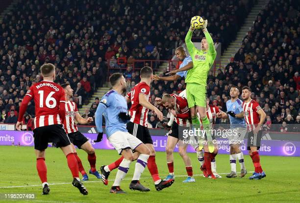 SHEFFIELD ENGLAND JANUARY Sheffield United's Dean Henderson gathers under pressure from Manchester City's Fernandinho during the Premier League match...