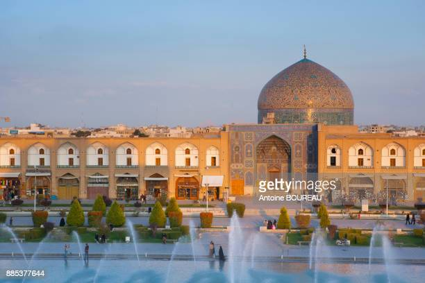sheikh lotfollah mosque and fountain seen from the palace ali qapu, isfahan, iran - isfahan stock pictures, royalty-free photos & images
