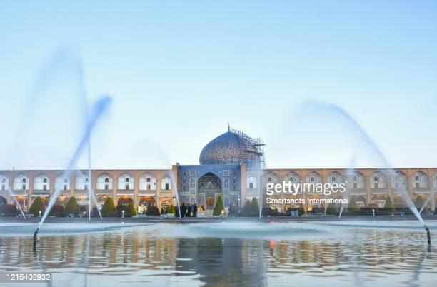 "sheikh lotfollah mosque facade ('masjed-e sheikh lotfollah') illuminated at early dusk on ""emam square"" (""naqsh-e jahan square"") in isfahan, iran - イマームホメイニ広場 ストックフォトと画像"