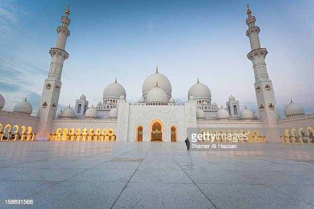 sheikh zayed grand mosque - road to the light - moschee stock-fotos und bilder