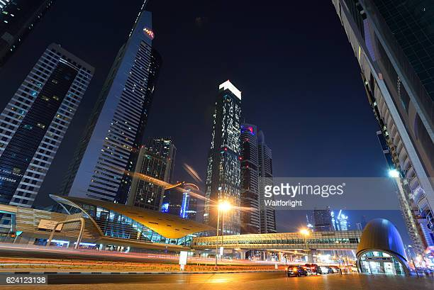 sheikh zayed road in dubai at night - países del golfo fotografías e imágenes de stock