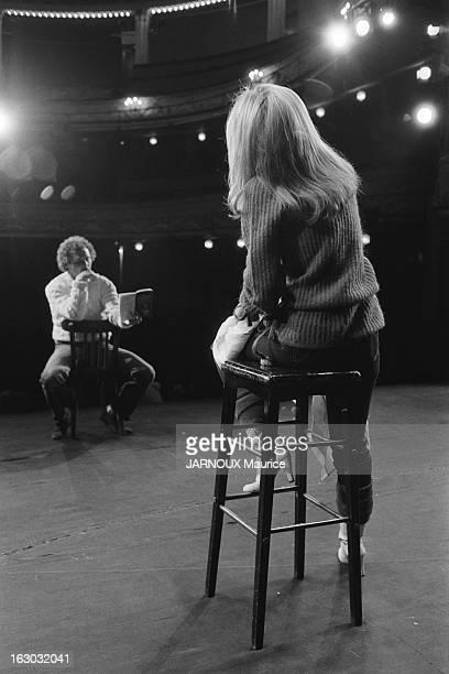 Sheila Takes Comedy Courses In New York Attitude de SHEILA de dos assise sur un tabouret sur scène face à son professeur John STRASBERG au théâtre...