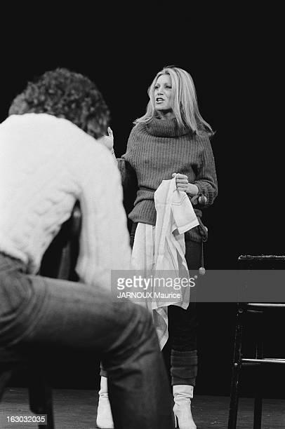 Sheila Takes Comedy Courses In New York Attitude de SHEILA interprêtant une scène devant son professeur John STRASBERG assis sur une chaise de dos au...