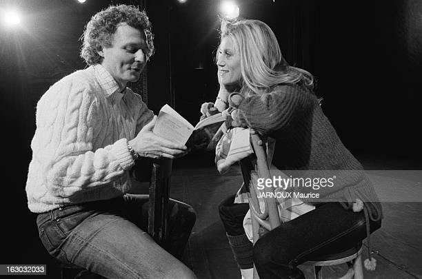 Sheila Takes Comedy Courses In New York Attitude souriante de SHEILA écoutant les explications de son professeur John STRASBERG un livre entre les...