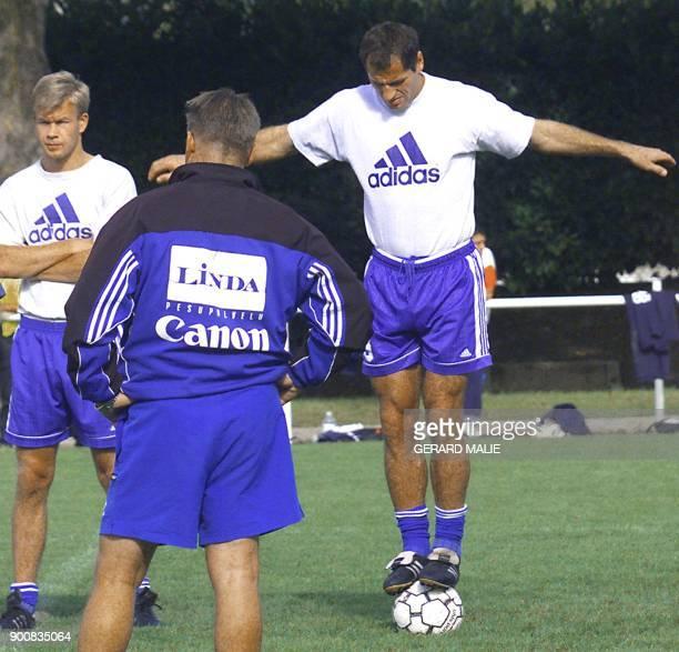 Sheki Kuqi fait de l'équilibre sur un ballon lors de l'entrainement du HJK Helsinki le 29 septembre 1999 au stade annexe de Gerland à Lyon Battue 1/0...