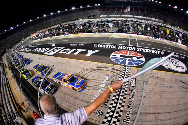 TN: NASCAR Camping World Truck Series UNOH 200 presented by Ohio Logistics