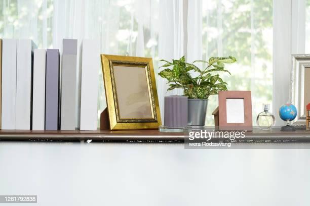 shelf decoration with copy space - copy space imagens e fotografias de stock