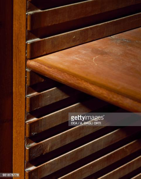 Shelf grooves, Regency-style mahogany bookcase, by Gillows of Lancaster, ca 1805, United Kingdom, 19th century. Detail.