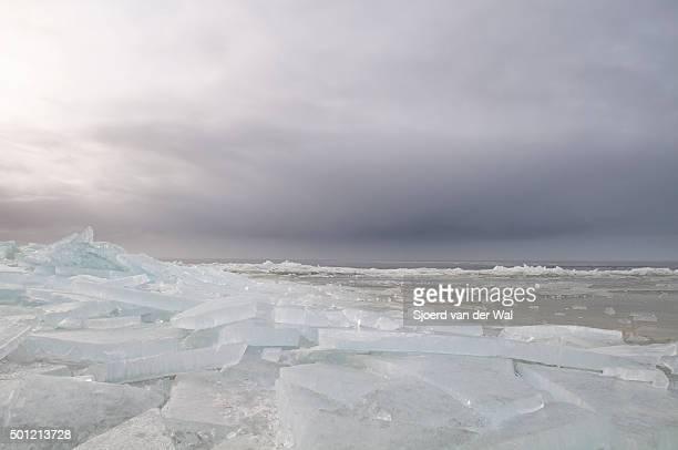 "shelf ice washed up on shore - ""sjoerd van der wal"" ストックフォトと画像"