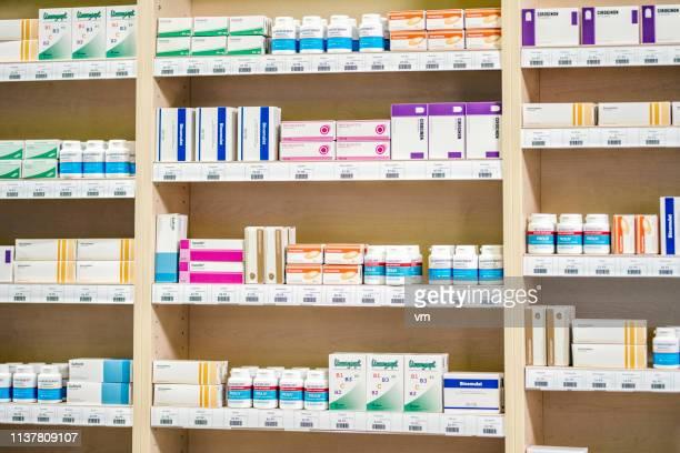 regal in der apotheke - apotheke stock-fotos und bilder